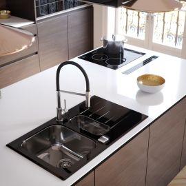 Črna kuhinja in črni poudarki v kuhinji: pomivalno korito, kuhinjska armatura ...
